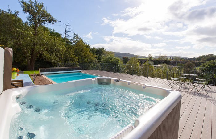 Monmouth accommodation with hot tub, swimming pool and games room sleeping 12