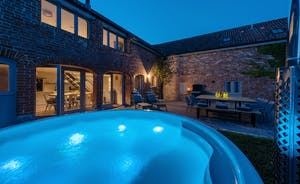 Whimbrels Barton - Bean Goose Barn Sleeps 8 and has a hot tub in the garden
