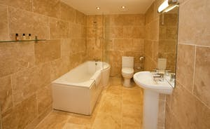 Holemoor Stables: The en suite bathroom for Bedroom 7