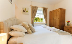 Master King size en suite bedroom at Railway Cottage