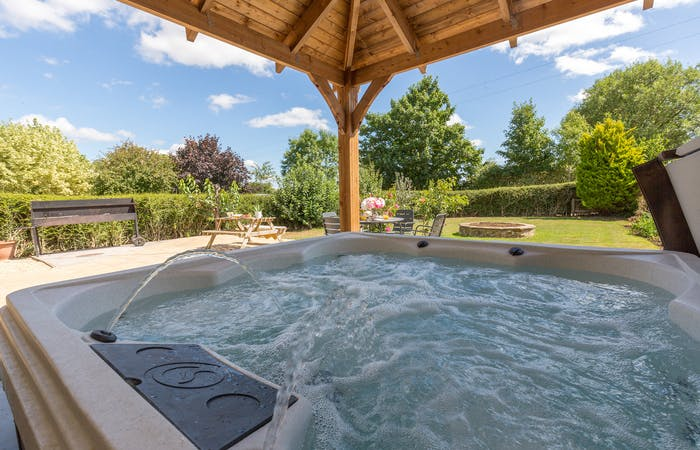 Wiltshire holiday let for group accommodation sleeps 27 in 11 en suite bedrooms with hot tub and games room