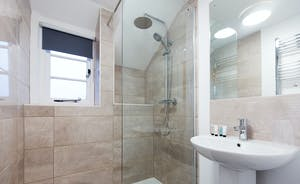 Pound Farm - Bedroom 6: A very swish shower room
