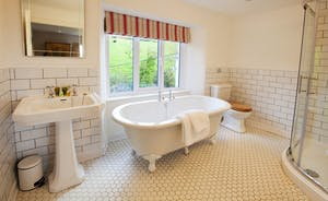 Berry House - The stylish en suite bathroom for bedroom 1