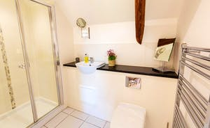 Whinchat Barns - Wagtail Corner, Bedroom 1: The modern en suite shower room