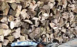 Log pile for the wood burner