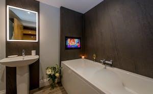 Kingshay Barton - Bedroom 6 (Moultons) also has the luxury of an en suite bathroom
