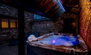 Foxhill Lodge - Soak away your worries in the private hot tub