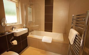 Ramscombe - Contemporary en suite bathroom for Bedroom 2 on the ground floor