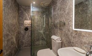 Kingshay Barton - Bedroom 10 (Foxwell) has an en suite shower room