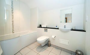 Whinchat Barns - Dippers Rest: The en suite bathroom for Bedroom 1