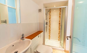 Pippinsands: Bedroom 1 has a modern en suite shower room