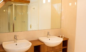 The Old Rectory - There's also a separate shower in the Elrington en suite bathroom