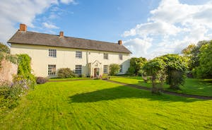 Pound Farm - A private driveway leads to this sympathetically restored holiday home