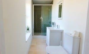 The Plough - Bedroom 5 has a crisp and modern en suite shower room