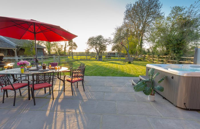Somerset holiday home sleeps 12 in 6 bedrooms with hot tub and games room