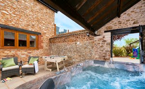 Foxhill Lodge - Sit back in the hot tub, let all your worries drift away
