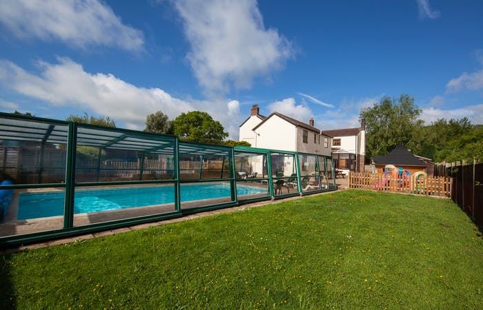 holiday home in Gloucestershire sleeping 18 in 8 bedrooms with indoor pool, games room and bbq lodge