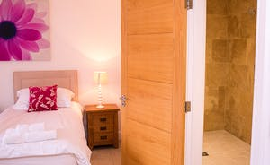 Fuzzy Orchard - Bedroom 1 can be a double or a twin room, with an en suite wet room