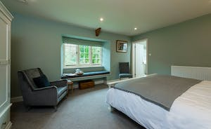 Pitsworthy: Bedroom 2 sleeps 2 and has an en suite bathroom with a bath and shower