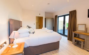 The Granary - Bedroom 1 is on the ground floor and has an en suite wet room; superking or  twin room? The choice is yours.