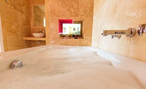 Fuzzy Orchard - Bedroom 3 en suite: Relax in a bath full of bubbles and watch your favourite TV programme