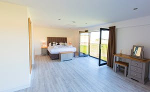 The Granary - Bedroom 7 has the option of an extra single bed; this is another capacious, light filled room, with an en suite shower room