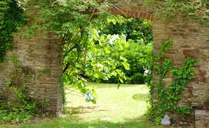 ... through the arch into the garden ...
