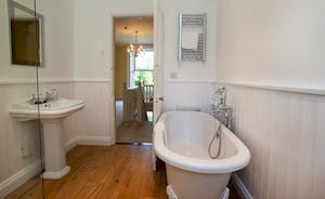 Sandfield House - Relax in a tub of bubbles in the main bathroom