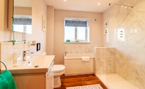 The Stables - Bath & Shower room