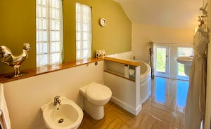 The Cottage Beyond: Spacious family bathroom opposite Bedroom 3
