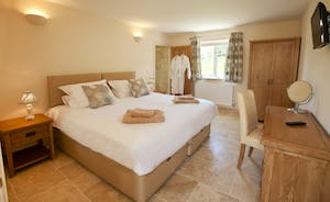 Holemoor Stables: Bedroom 2 - superking or twins and an en suite wet room