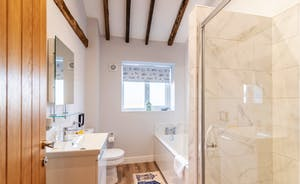 The Cowshed  - Bath & Shower room