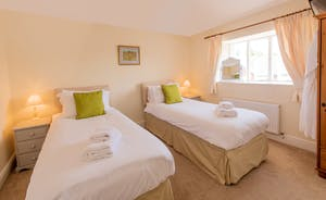 Pound Farm - Bedroom 4: A superking or twin room with an en suite bathroom