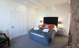 Pitmaston House - Bedroom 3 has a kingsize bed and an en suite shower room