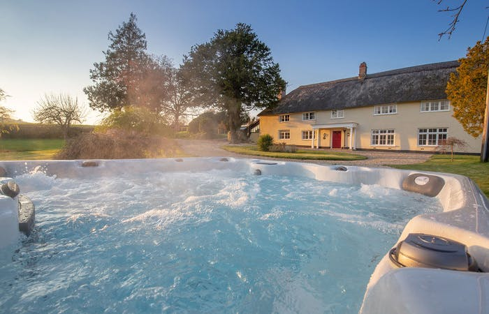 Devon long house for group accommodation sleeps 14 in 7 bedrooms with hot tub and games room