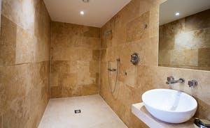 Fuzzy Orchard - Bedroom 1 en suite wet room