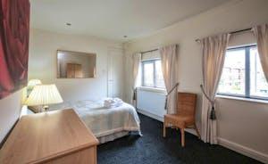 21 Greyfriars - spacious bedroom with en-suite