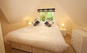 Foxcombe - Such a cosy room! Bedroom 5 can be a superking or a twin room, and it has a lovely en suite bathroom