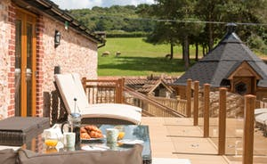 Foxhill Lodge - Have a leisurely breakfast on the veranda