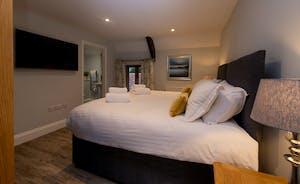 Kinghsay Barton - Bedroom 3 (Broadstone) sleeps 2 and has an en suite shower room