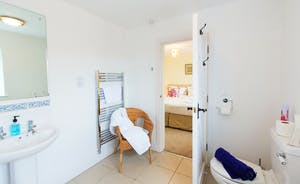 Pound Farm - Bedroom 4: an en suite with a bath and overhead shower